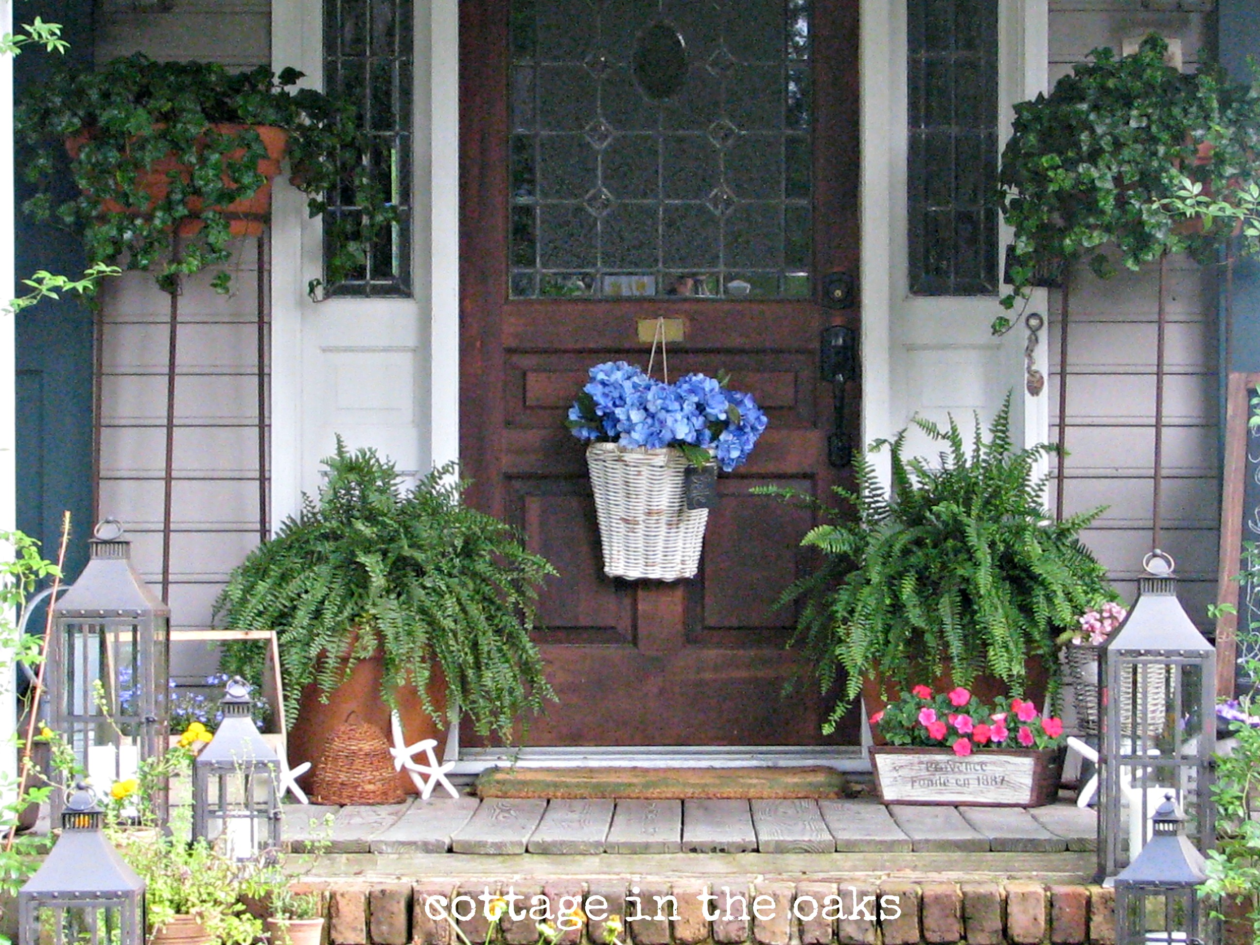 Summer front porch cottage in the oaks Small front porch decorating ideas for fall